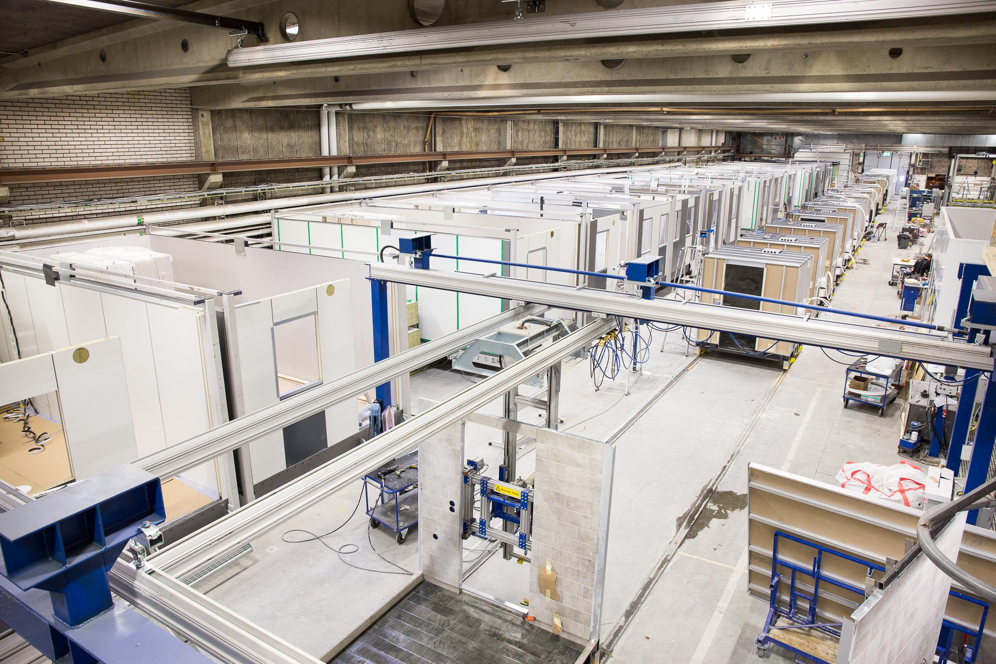 Två parallella produktionslina, en för badrummen och en för de kompletta hotellrumsmodulerna där badrummen har monterats in i modulen.